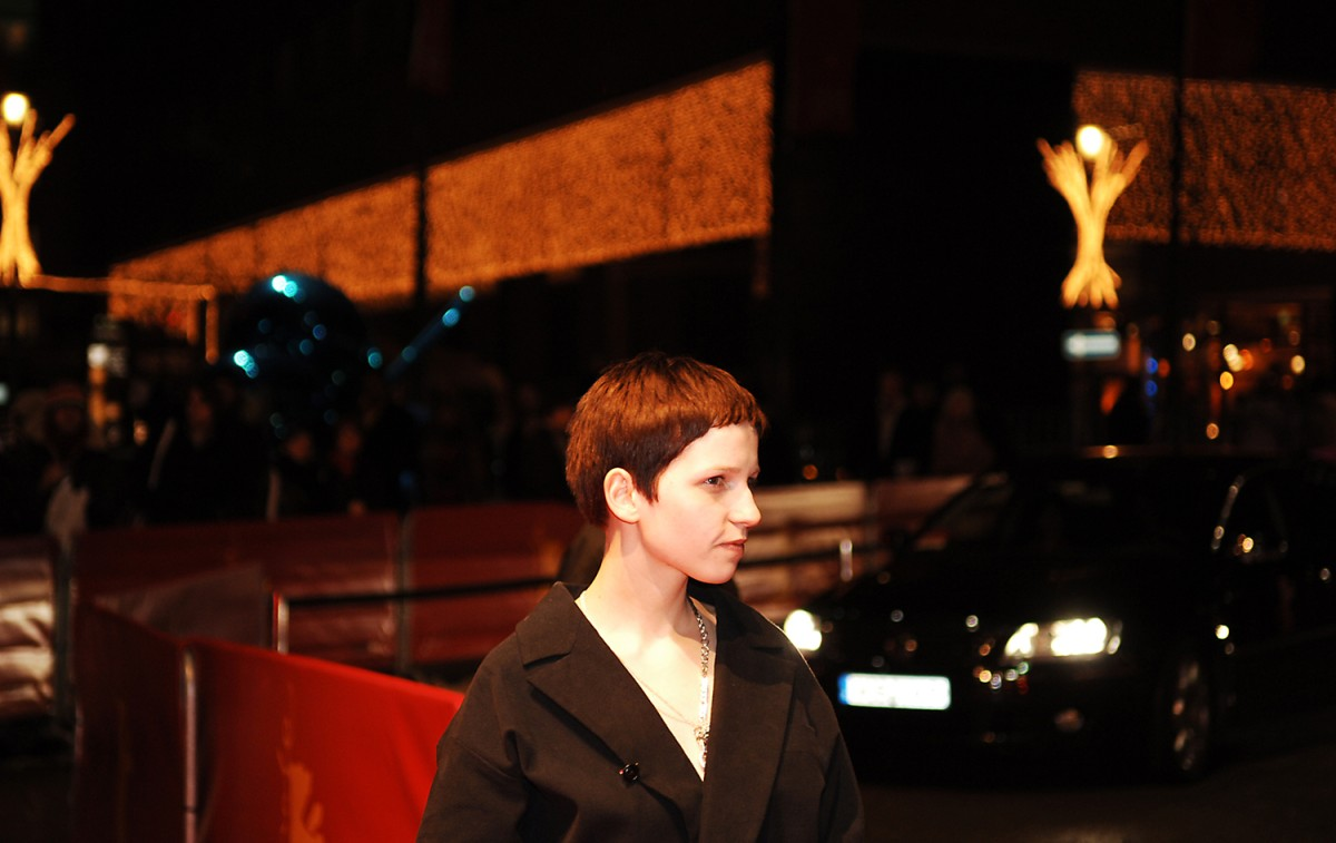 Filmstill or festival shot? Actress Julia Hummer stays in character, only her wardrobe has changed.     Competition  –   Gespenster  | Ghosts  – Berlinale Palast    Feb 15, 2005