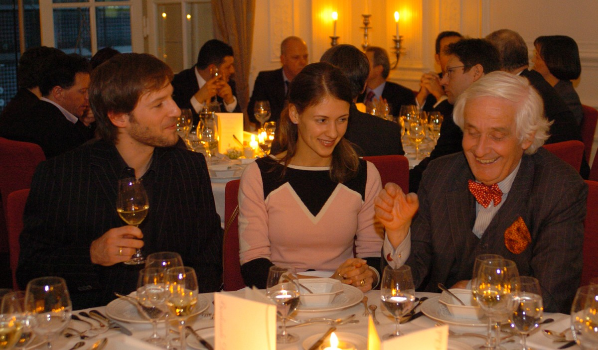 Florian Gallenberger, Joana Gallenberger, Prof. Dr. Peter Raue   Director Florian Gallenberger, Joana Gallenberger and lawyer Prof. Dr. Peter Raue enjoying the relaxed atmosphere of the Berlinale Dining Club.    Festival Impressions    Feb 16, 2005