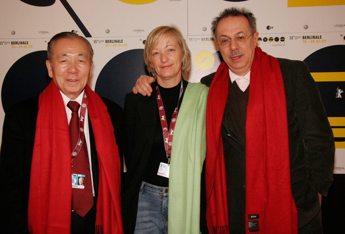Kim Hon Do, Karin Hoffinger, Dieter Kosslick   Kim Don Ho, director of the Pusan Film Festival, Korea, is welcomed in the VIP Club by Berlinale programme co-ordinator Karin Hoffinger and festival director Dieter Kosslick.    Festival Impressions    Feb 16, 2005