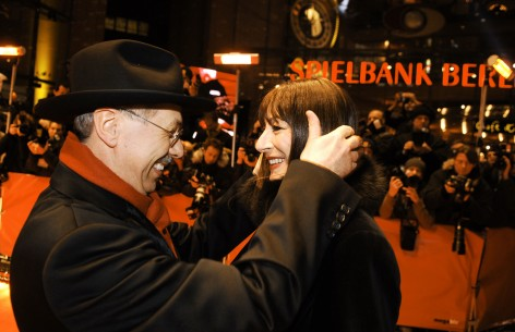 Feb 16, 2005Dieter Kosslick, Anjelica Huston  A warm welcome for Anjelica Huston. Competition – The Life Aquatic With Steve Zissou | Die Tiefseetaucher – Berlinale Palast