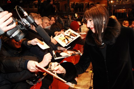 16.2.2005Anjelica Huston, Fans  Anjelica Huston, beliebt und gefragt in Berlin. Wettbewerb – The Life Aquatic With Steve Zissou | Die Tiefseetaucher – Berlinale Palast