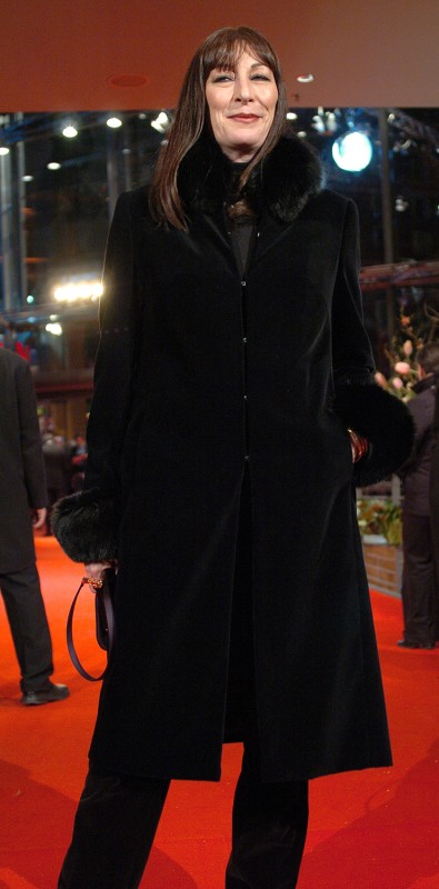 Anjelica Huston   Anjelica Huston: black suits her like no one else (is what the tabloids would say, but for once they will be right.)     Competition  –   The Life Aquatic With Steve Zissou  | Die Tiefseetaucher  – Berlinale Palast    Feb 16, 2005