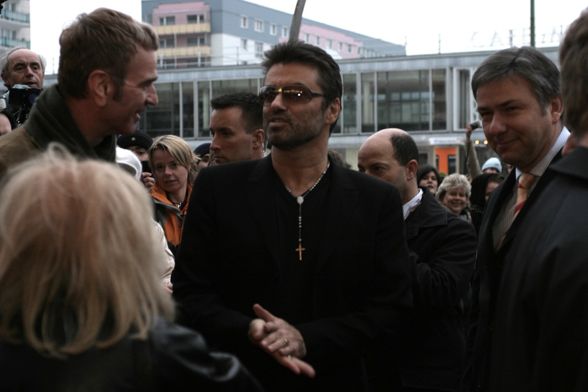 Wieland Speck, George Michael, Klaus Wowereit   George Michael, accompanied by Panorama  head Wieland Speck (l.) and Berlin's mayor Klaus Wowereit (r.), attends the premiere of Southan Morris'  George Michael - A Different Story  in Kino International.     Panorama  –   George Michael – A Different Story      Feb 16, 2005