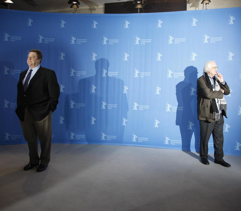 John Goodman, Bertrand Tavernier   John Goodman und Bertrand Tavernier beim Photo-Call..     Wettbewerb  –   In the Electric Mist:    – Programm-Pressekonferenz    7. Februar 2009