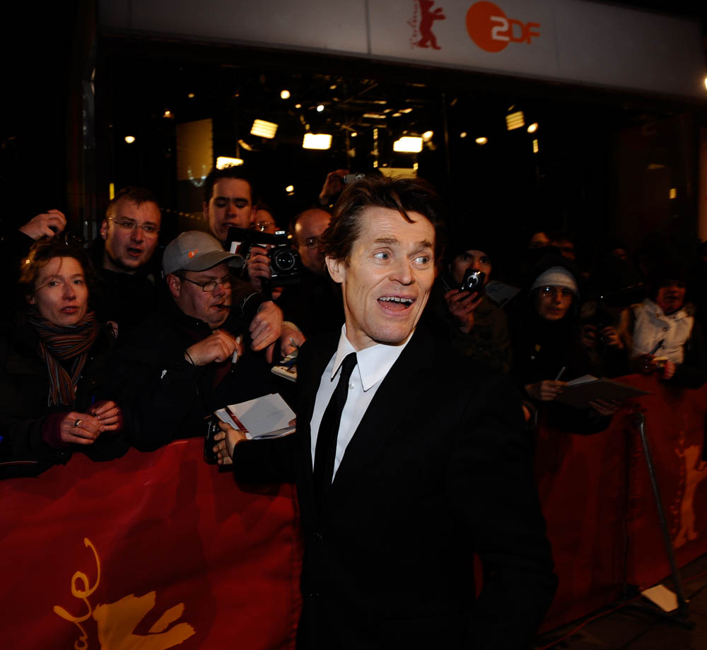 Willem Dafoe   Willem Dafoe trifft am Berlinale Palast ein.     Wettbewerb  –   I skoni tou chronou  | The Dust Of Time  – Berlinale Palast    12. Februar 2009