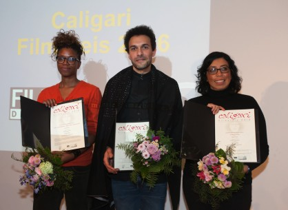 19.2.2016Rama Thiaw, Tamer El Said, Tatiana Huezo  Bei der Preisverleihung: Der Gewinner des Preises in der Mitte, links die Regisseurin von The Revolution Won't Be Televised, rechts die Regisseurin von Tempestad, die jeweils eine Lobende Erwähnung erhielten. Forum – Akher ayam el madina | In the Last Days of the City – Caligari-Filmpreis
