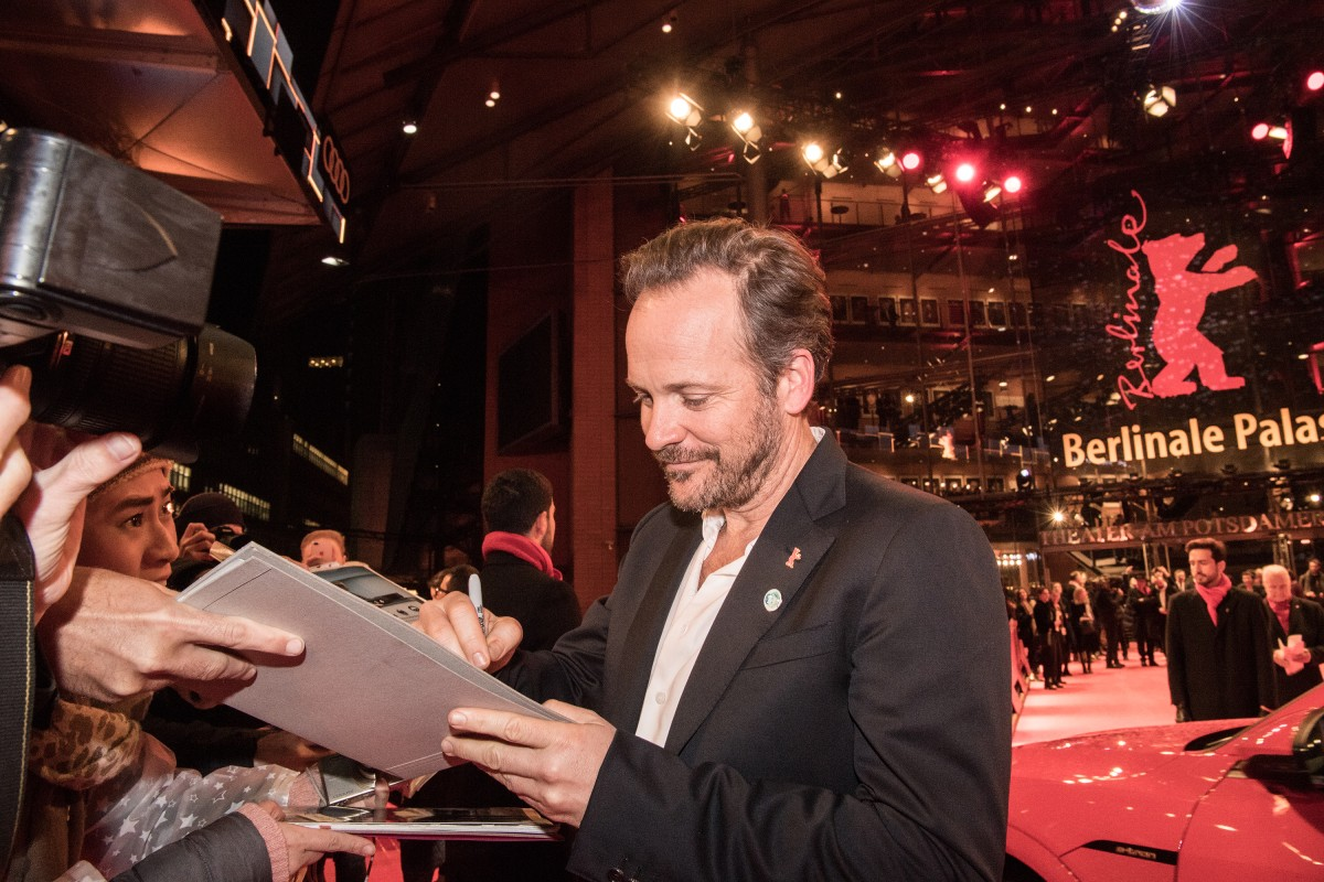 Peter Sarsgaard   The actor signing autographs at the Red Carpet.     Competition  –   Mr. Jones      Feb 10, 2019