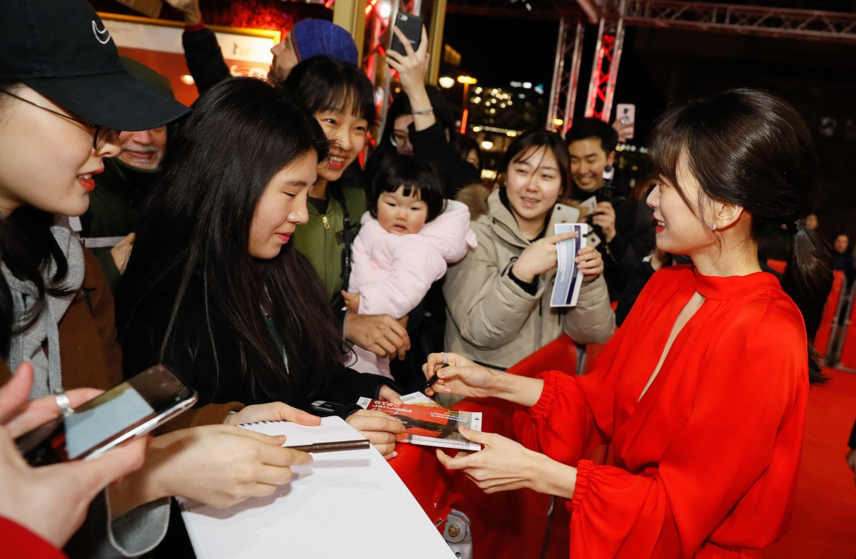 Chun Woo-hee   The actress with fans at the Red Carpet.     Panorama  –   Woo Sang  | Idol     Feb 14, 2019