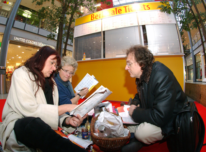 Red carpet pic-nic: Film fans have made themselves comfortable at Potsdamer Platz Arkaden in anticipation of ticket sales opening on Tuesday morning.    Festival Impressions    Feb 8, 2005